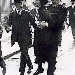 Arrestatie Emmeline Pankhurst / Emmeline Pankhurst being arrested